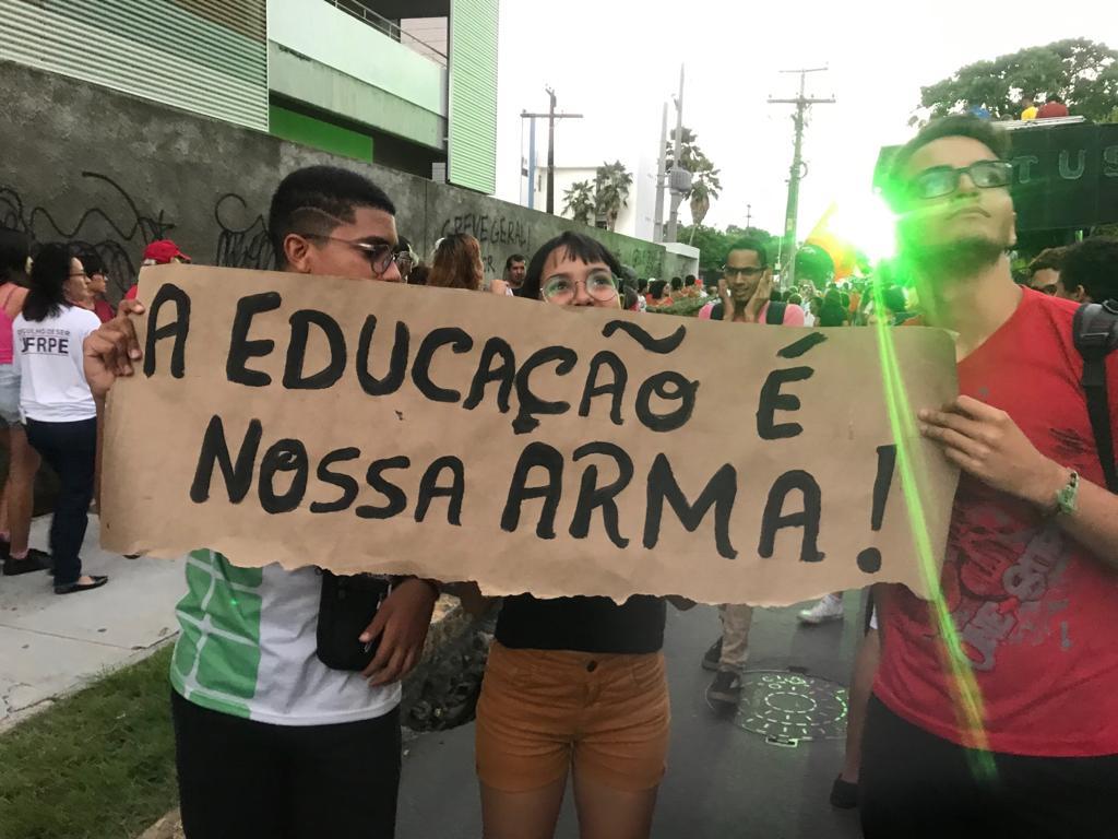 Fazendo História / Estudantes unidos pelo Brasil, ganham as ruas em defesa da educação, em defesa dofuturo.